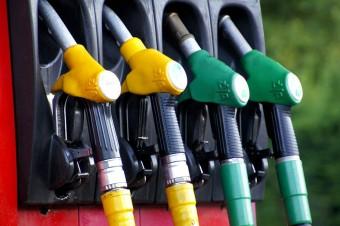 W ślad za taniejącą od początku roku ropą naftową spadają też ceny paliw
