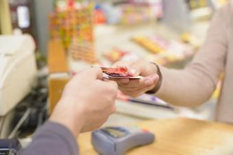 Pandemia wymusza rozwój płatności bezgotówkowych. W 2020 roku zostanie wydanych o 110 mln więcej kart zbliżeniowych