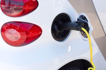 Niższe ceny i coraz większy wybór przekonują Polaków do aut elektrycznych