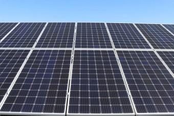 Biznes coraz chętniej inwestuje w energię ze słońca. Własne mikroelektrownie powoli stają się rynkowym standardem
