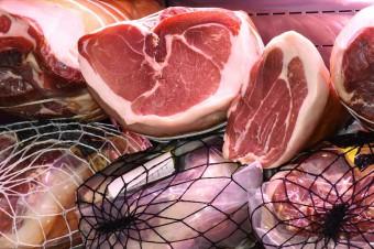 Analiza cen wieprzowiny: W sklepach widać wyraźne spadki