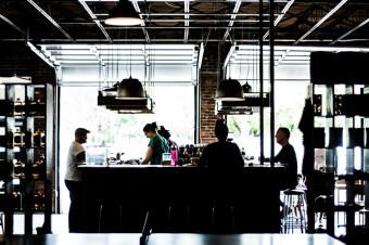 Coraz więcej miast zwalnia restauratorów z opłat za alkohol
