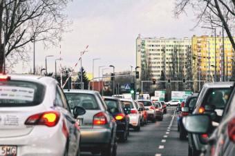 Blisko 330 warszawskich skrzyżowań automatycznie wykrywa pieszych. Radary i inteligentne czujniki zwiększają bezpieczeństwo i płynność ruchu