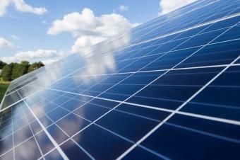 Coraz więcej firm przestawia się na zieloną energię i ograniczanie emisji CO2
