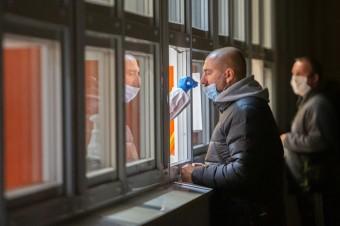Polacy w dużej części chcą się testować, ale obawiają się kwarantanny