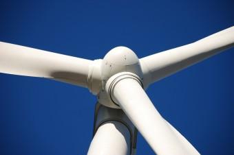 Złagodzenie przepisów o budowie wiatraków na lądzie pozwoli na obniżenie cen energii. Będą mogły one powstawać bliżej zabudowań