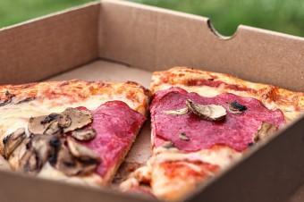 Wyrok NSA: 5% stawka VAT dla dostaw towarów na wynos przez restauracje i fast foody