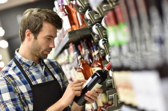 PIH: Podwyżka akcyzy na napoje alkoholowe uderzy w małe sklepy